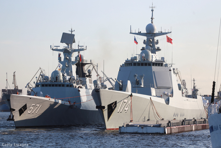 A kínai hadiflotta két hajója a szentpétervári kikötőben