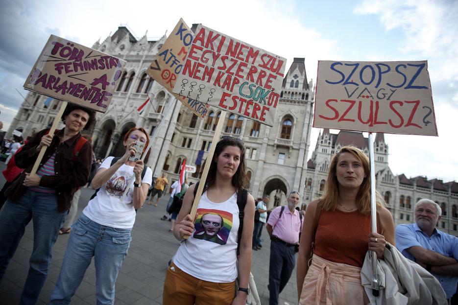 Tüntetők: Orbán rendszere sem keresztény, sem demokrata