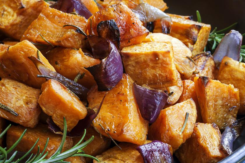 A hizlaló krumpli remek helyettesítője lehet az édesburgonya. A glikémiás indexe alacsony, így fogyasztása nem emeli meg túlságosan a vércukorszintet, és hosszú időre eltelít. Sokféleképpen felhasználhatod, chips-et, pürét is készíthetsz belőle, sőt, tepsiben sütve is kitűnő.