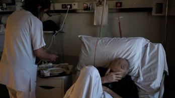 Az ápolónők hullafáradtak, harminc-negyven ágyra vannak ketten