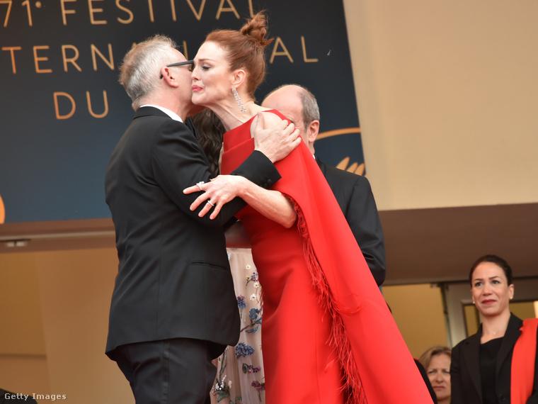 Julianne Moore pedig hibátlanul prezentálta, milyen keményen munkát igényel úgy puszit adni valakinek, hogy a szájával véletlenül se érintse a másikat.