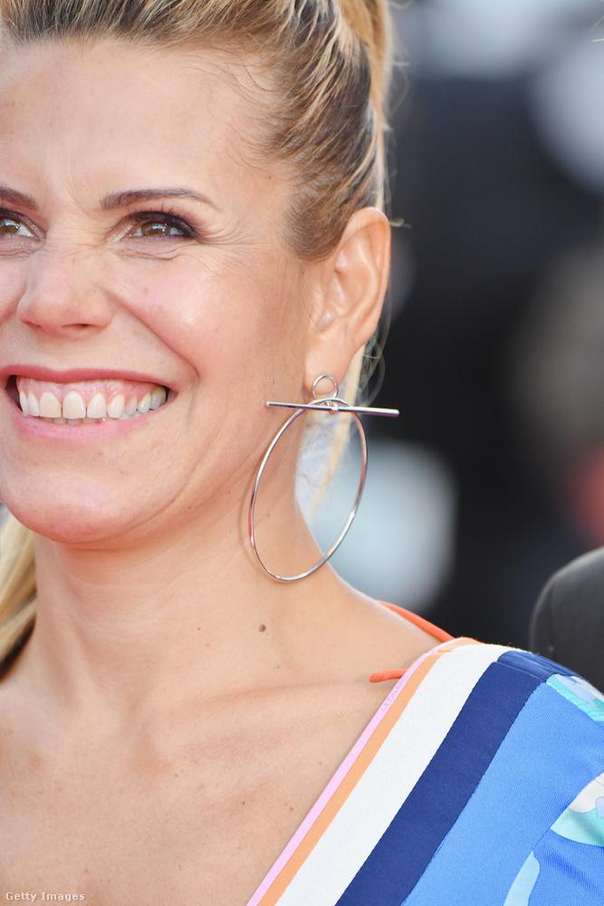 Laura Tenoudji francia újságíró menő fülbevalója ne terelje el a figyelmét a hölgy kissé vicsorgásba forduló mosolyáról!