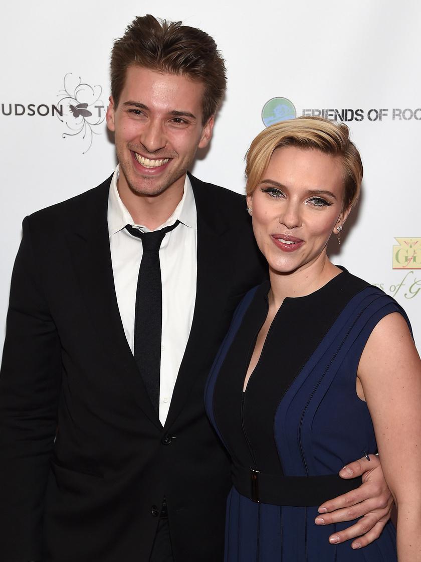 A Suttogóból és a Vicky Cristina Barcelonából jól ismert Scarlett Johansson nem tartja titokban jóképű ikertestvérét, Huntert. Bátyjával - aki jótékonysági szervezeteknek, illetve politikai kampányokban dolgozik - gyakran jelennek meg együtt a vörös szőnyegen.