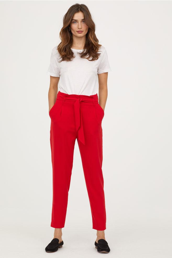 Az extra nőies és figyelemfelkeltő, piros nadrág nagy kedvenc, főleg akkor, ha valamilyen övvel és magasított derékkal párosul. A boka fölé érő változat a H&M-ben 8990 forint.