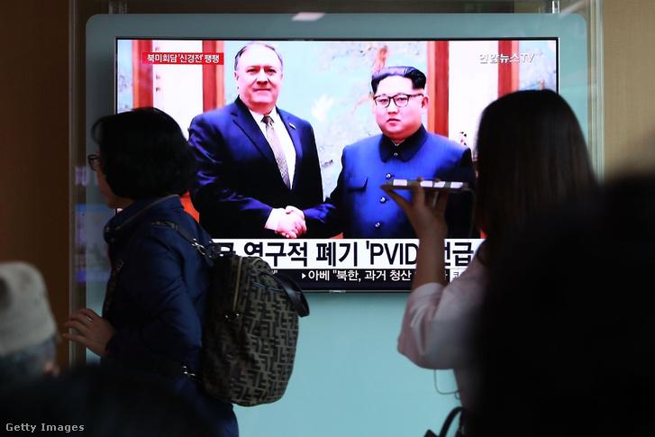 Mike Pompeo és Kim Dzsongun találkozását nézik egy kivetítőn