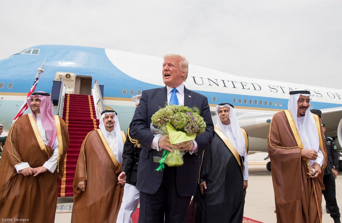 Donald Trump a szaúdi királlyal szaúd-arábiai látogatásán 2017 májusában