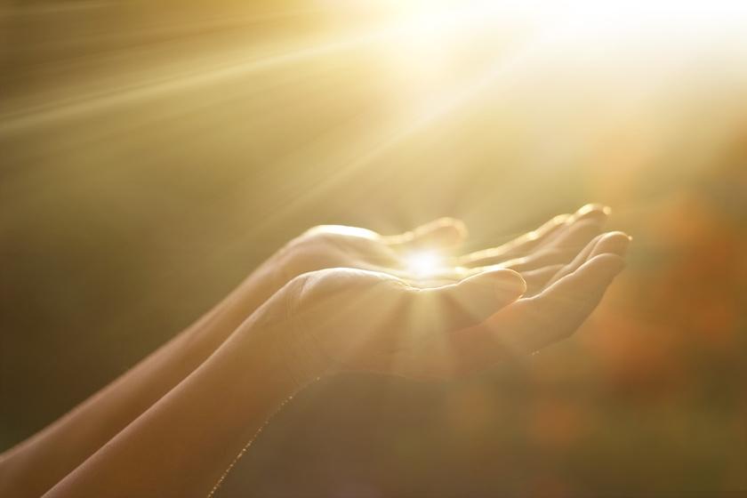 A koleszterinből a D-vitamin csak akkor tud termelődni, ha napfény éri a bőrt. A szintézis szempontjából már az is sokat jelent, ha egy nap eltöltesz 10 percet fedetlen kézzel és arccal a fényben. A szolárium ezt nem helyettesíti.