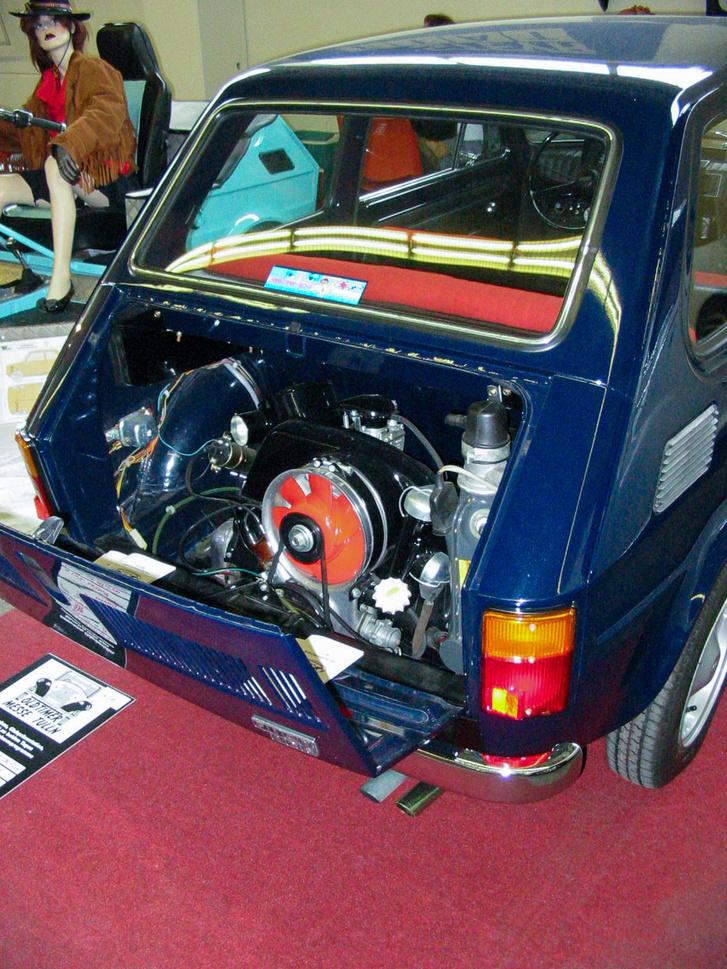 Nem, nem kispolák, akkor egész máshogy nézne ki a motorja. Ez osztrák autó, egy Steyr-Fiat 126, bokszermotorral
