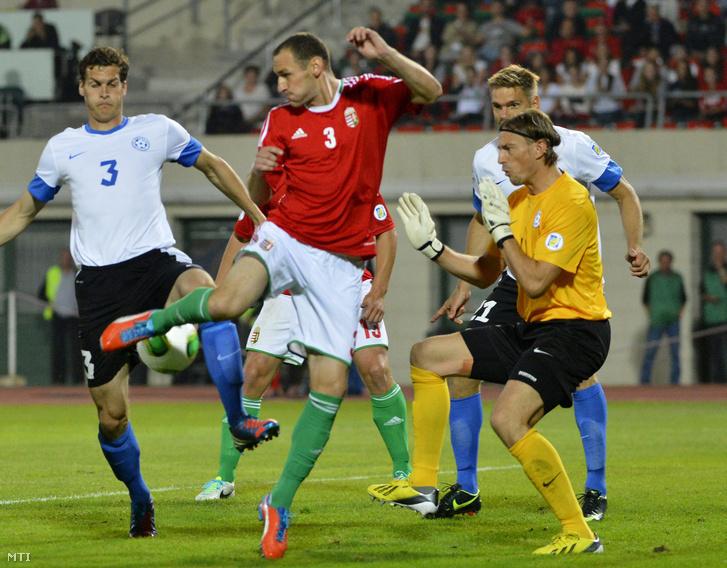 Az észt Mikk Reintam (b) Vanczák Vilmos (k) és Sergei Pareiko, az észtek kapusa a labdarúgó-világbajnokság európai selejtezőinek D csoportjában vívott Magyarország-Észtország találkozón a Puskás Ferenc Stadionban 2013. szeptember 10-én