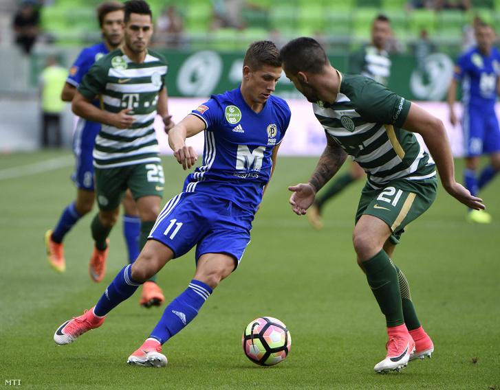 Prosser Dániel Bálint a Puskás Akadémia (k) és ferencvárosi Botka Endre (j) az OTP Bank Liga első fordulójában játszott Ferencváros - Puskás Akadémia mérkőzésen a budapesti Groupama Arénában 2017. július 16-án
