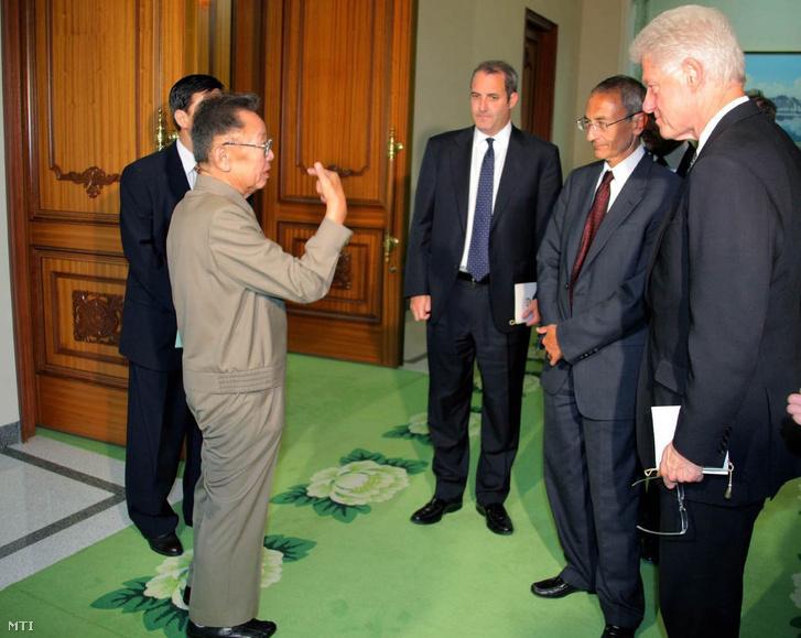 KIM Dzsong Il észak-koreai vezető (b) beszélget Bill CLINTON volt amerikai elnökkel Phenjanban 2009. augusztus 4-én. Clinton Laura Ling és Euna Lee tiltott határátlépés miatt négy hónapja őrizetbe vett amerikai újságírók szabadon engedését próbálja elérni az észak-koreai vezetőnél.