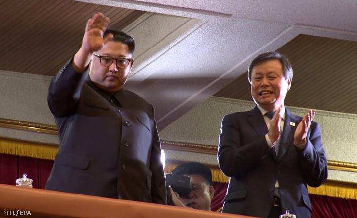 Kim Dzsong Un észak-koreai vezető, a kommunista Koreai Munkapárt első titkára (b) és To Dzsong Hvan dél-koreai kulturális miniszter részt vesz egy dél-koreai színtársulat előadásán a phenjani Nagyszínházban 2018. április 1-jén. Dél-koreai együttesek fellépésére 2005. óta nem volt példa Észak-Koreában.