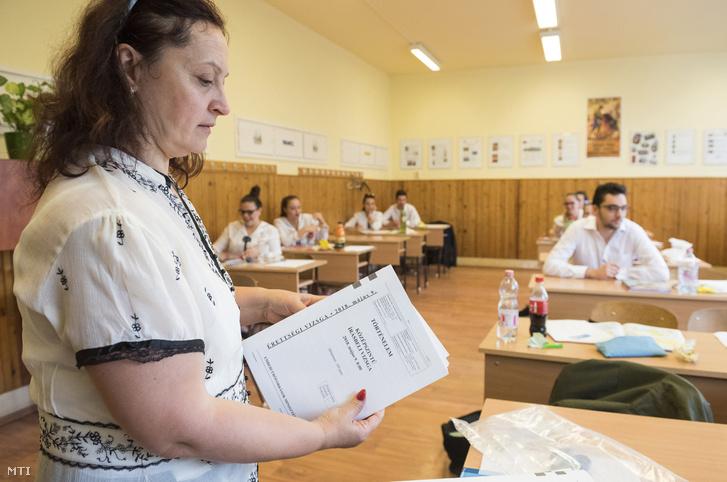 Kiosztják a történelem írásbeli érettségi vizsga feladatlapjait a nyíregyházi Zrínyi Ilona Gimnáziumban 2018. május 9-én.
