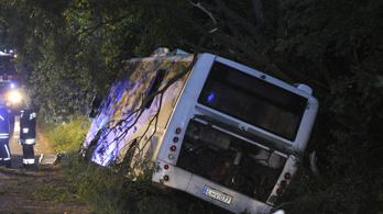 Lesodródott egy busz az útról Zsámbéknál, tizenegy sérült