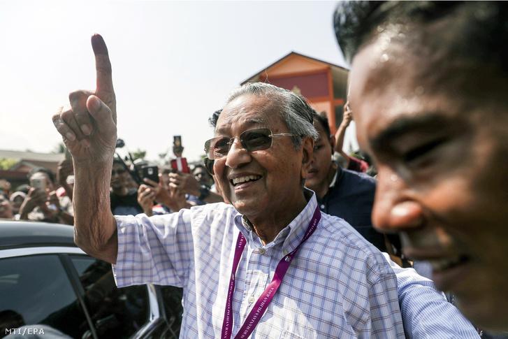 Mahathir Mohamad volt malajziai miniszterelnök mutatja tintába mártott ujját szavazata leadása után.