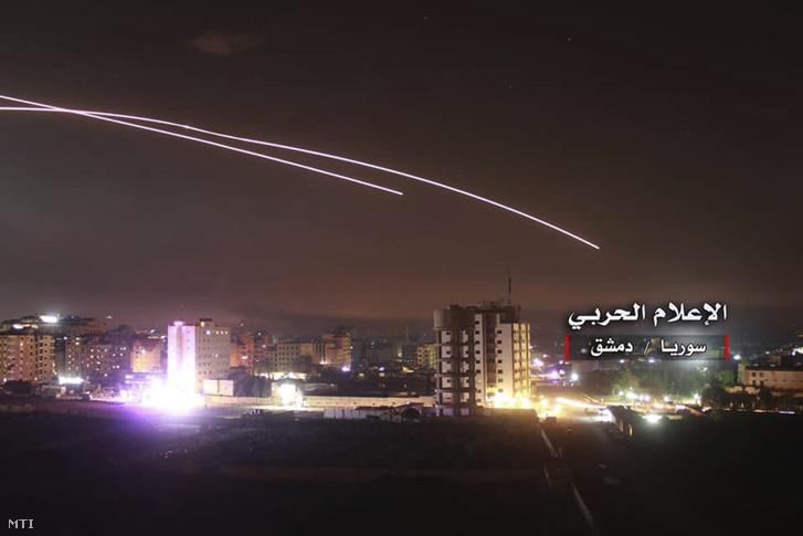 A szíriai központi katonai hírügynökség felvételén rakéták szelik át az eget Damaszkusz felett 2018. május 10-én.