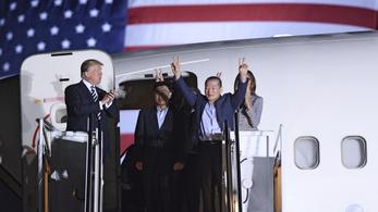 Hazatértek az amerikai foglyok Észak-Koreából