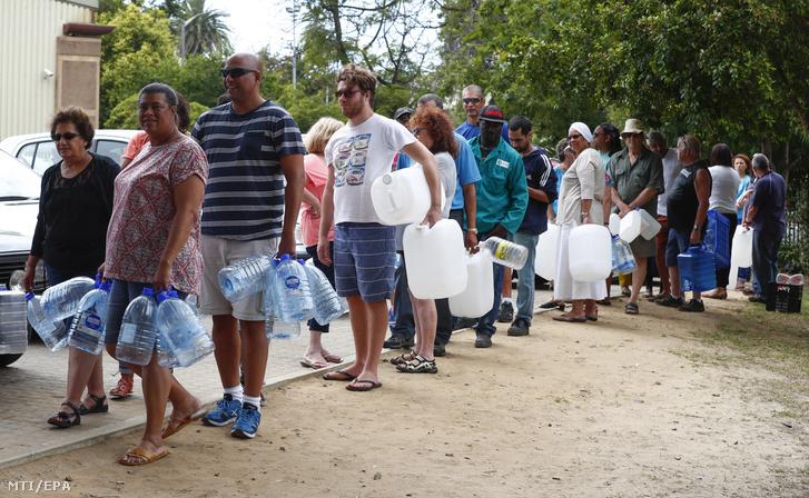 Ívóvízért állnak sorban emberek Fokvárosban 2018. január 19-én. A több éve tartó aszály és az éghajlatváltozás miatt súlyos vízhiánnyal küzdő Fokvárosnak körülbelül három hónapra elegendőek a víztartalékai, ha nem sikerül széles körben rávenni a lakosságot a vízzel való takarékoskodásra, akkor április 22-én elzárják a vízcsapokat, mivel nem marad víz a tározókban. Amennyiben ez megtörténik, Fokváros lesz a világon az első nagyváros, ami kifogy az ivóvízből.