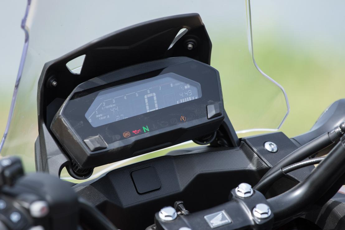 Inverz LCD:  fekete alapon fehér számok, a háttérvilágítás színe pedig személyre szabható.Tartalmilag oké, az üzemanyagszint-kijelző hasznos, mutatja a váltó fokozatot, de az opcionális markolatfűtés is ott jelenne meg, illetve a váltó üzemmódja is rajta van