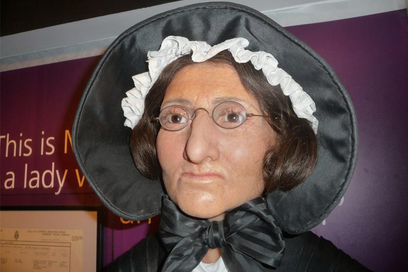 Az idősödő Madame Tussaud viaszmása.