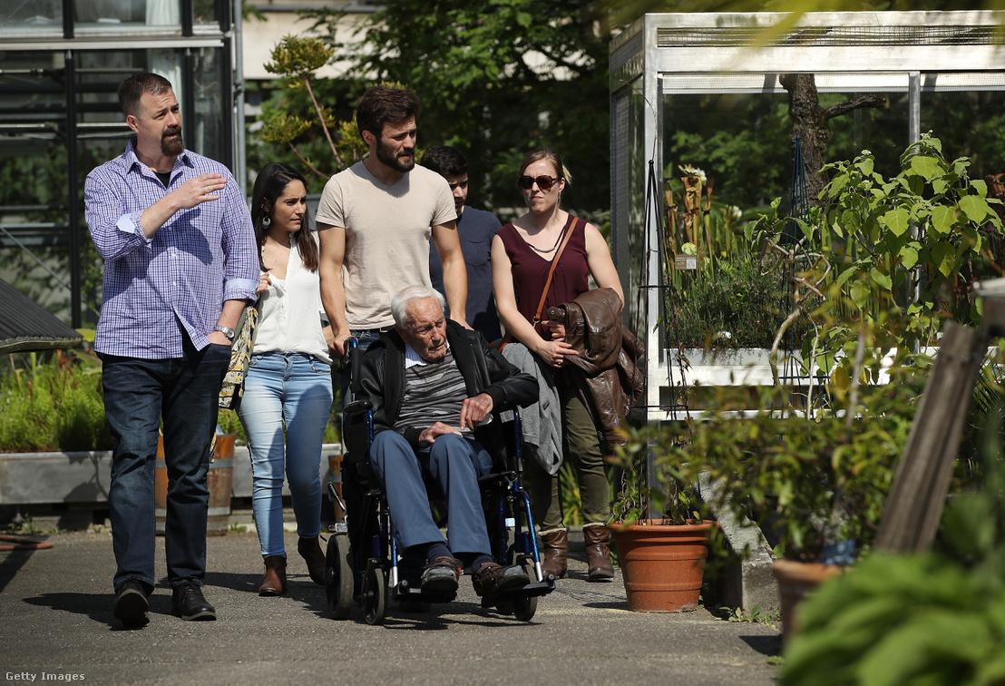 David Goodall hozzátartozóival a bázeli egyetem botanikus kertjében halála előtt egy nappal 2018 május 10-én