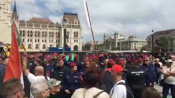 Élő közvetítésünk a Kossuth téri délelőtti tüntetésről (2. rész)