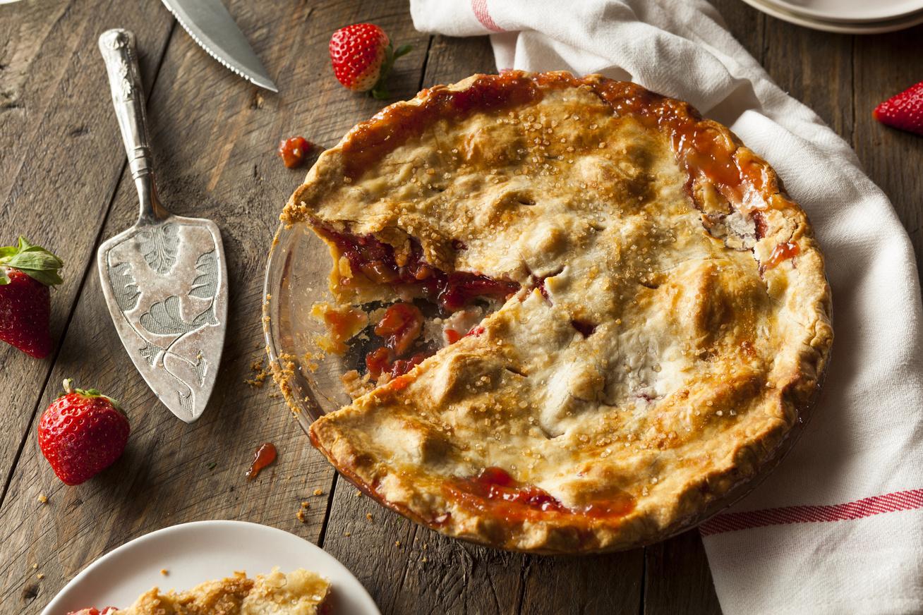 Omlós, epres-rebarbarás pite: ez a házias süti egyszerre édes és fanyar