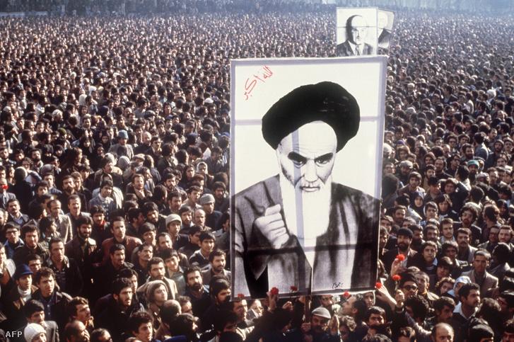 Homeini ajatollah képével tüntetők 1979. január 1-jén
