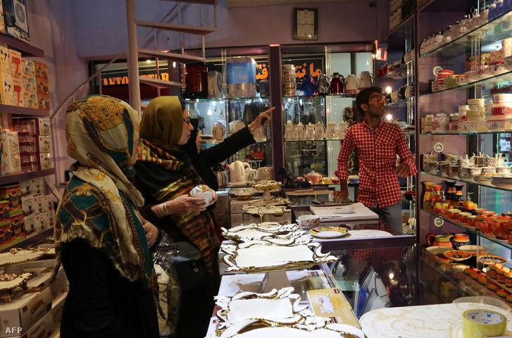 Vásárlók egy chabahari bevásárlóközpontban