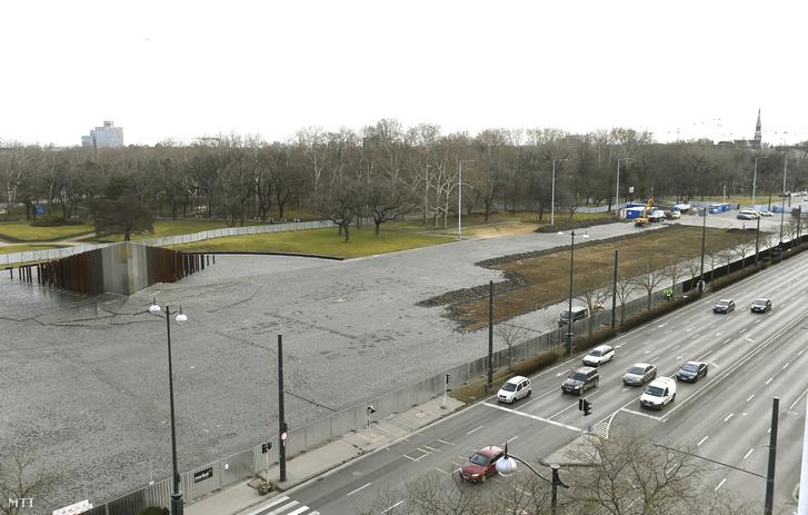 Felszedik a burkolatot a Liget Budapest Projektben megvalósuló új Néprajzi Múzeum építési területén, a Városliget melletti Ötvenhatosok terén 2018. január 9-én.
