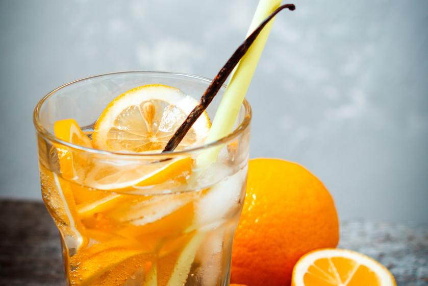 Karikázz fel egy nagy narancsot, és dobj mellé fél-egy rúd vaníliát vagy pár csepp aromát, így a narancsos üdítők jó helyettesítőjét kapod, ám ez nem növeli az étvágyad.