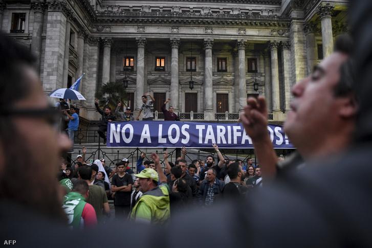 Az adótörvény módosítása ellen tiltakozók Buenos Airesben 2018. május 9-én