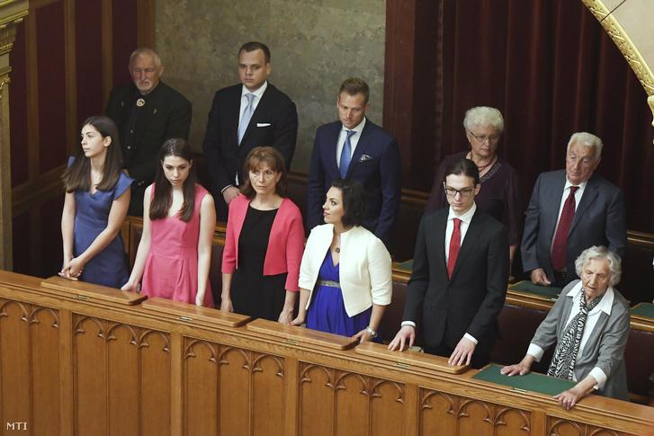 Az Orbán-család a új parlament első ülésén, ahol Orbán Viktort ismét miniszterelnökké választották.