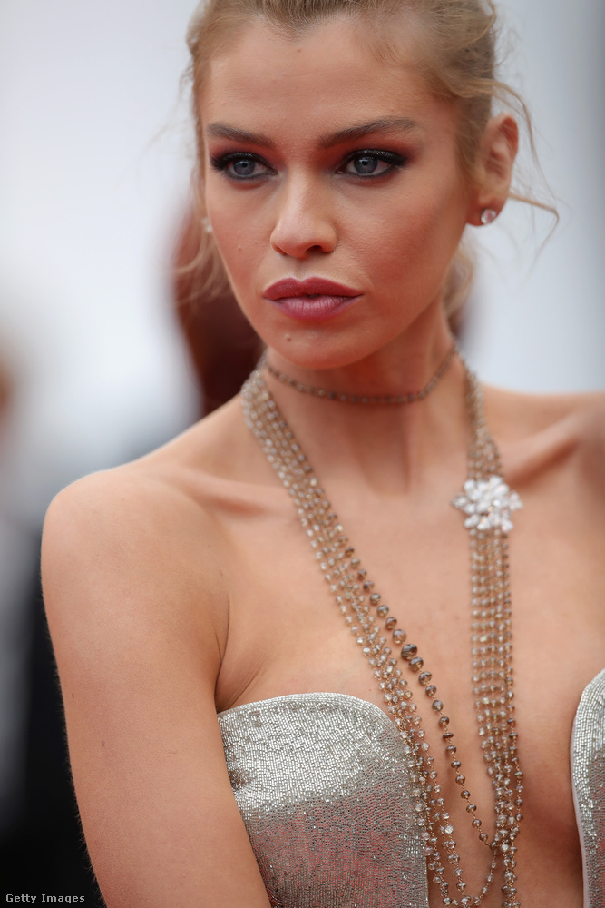Maxwell egyébként szintén modell, és Kristen Stewarttal jár, akivel így szoktak enyelegni.