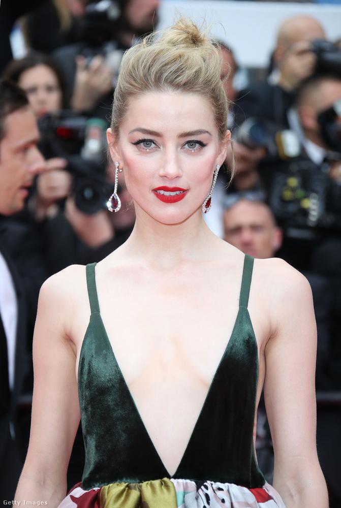 Ezt a köldökig kivágott ruhát viszont már egy színésznő mutatja be, Amber Heard, aki többek között arról ismert, hogy Johnny Depp felesége volt, majd mikor szakítottak nyilvánosságra hozta, hogy a színész bántalmazta.
