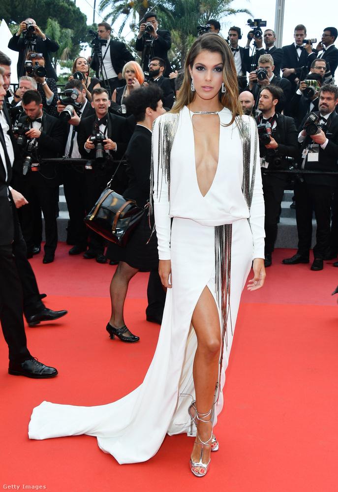Kezdjük is a legkivágottabb ruhával!  Aki pedig viseli: Iris Mittenaere.