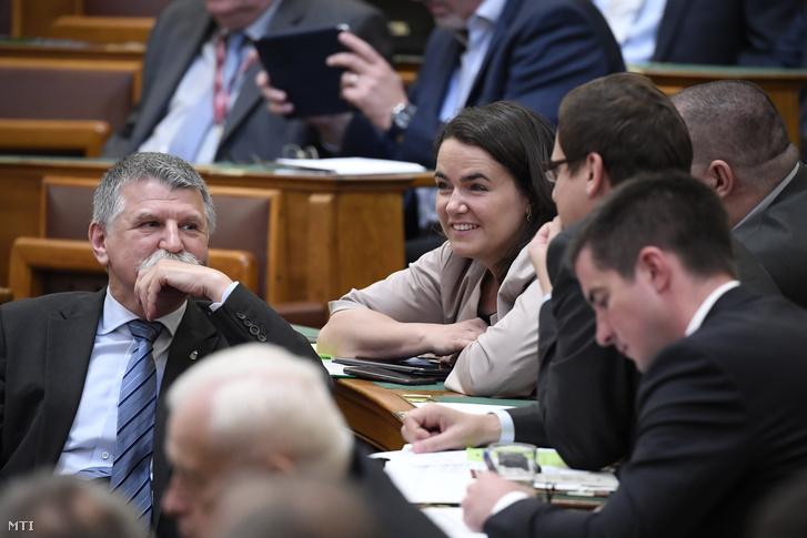 Kövér László házelnök és Novák Katalin, az Emberi Erőforrások Minisztériumának család- és ifjúságügyért felelős államtitkára az Országgyűlés plenáris ülésén az Országházban 2018. május 11-én.