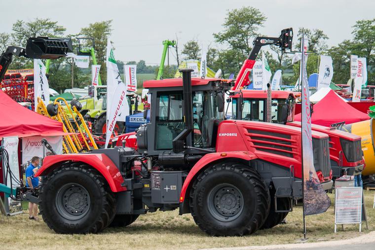 Az új Kirovec traktor fogadja az embert a gépbemutató területen