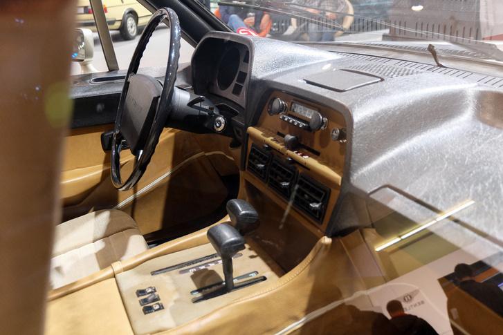 A VW-ra stilizált Blaupunkt-rádió miatt felismerehetően volkswagenes a belső