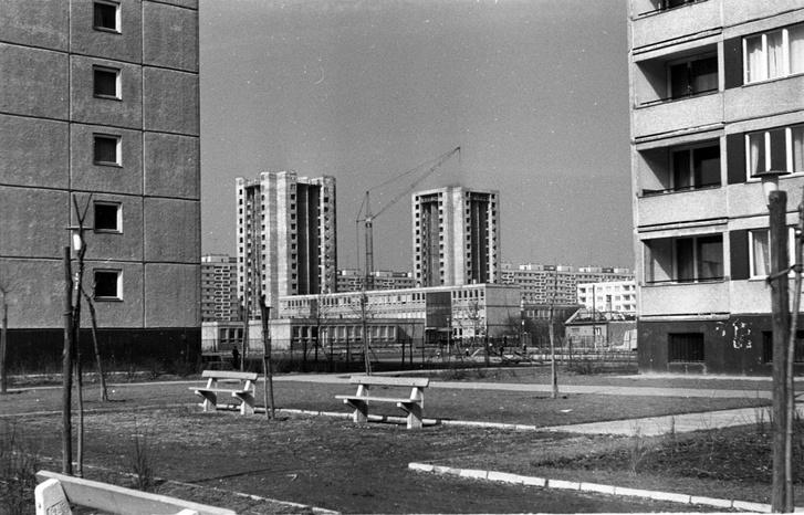 A Mérnök utcai óvoda és mögötte a Fejér Lipót utcai toronyházak az Etele (Szakasits Árpád) úttól nézve,1969