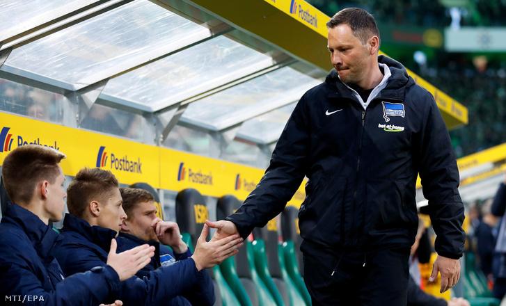 Dárdai Pál, a Hertha BSC vezetőedzője kezet fog a kispadon ülő fiával, Dárdai Palkóval, mielőtt megkezdődik a Mönchengladbach és a Hertha mérkőzése a német első osztályú labdarúgó-bajnokságban Mönchengladbachban 2017. április 5-én.