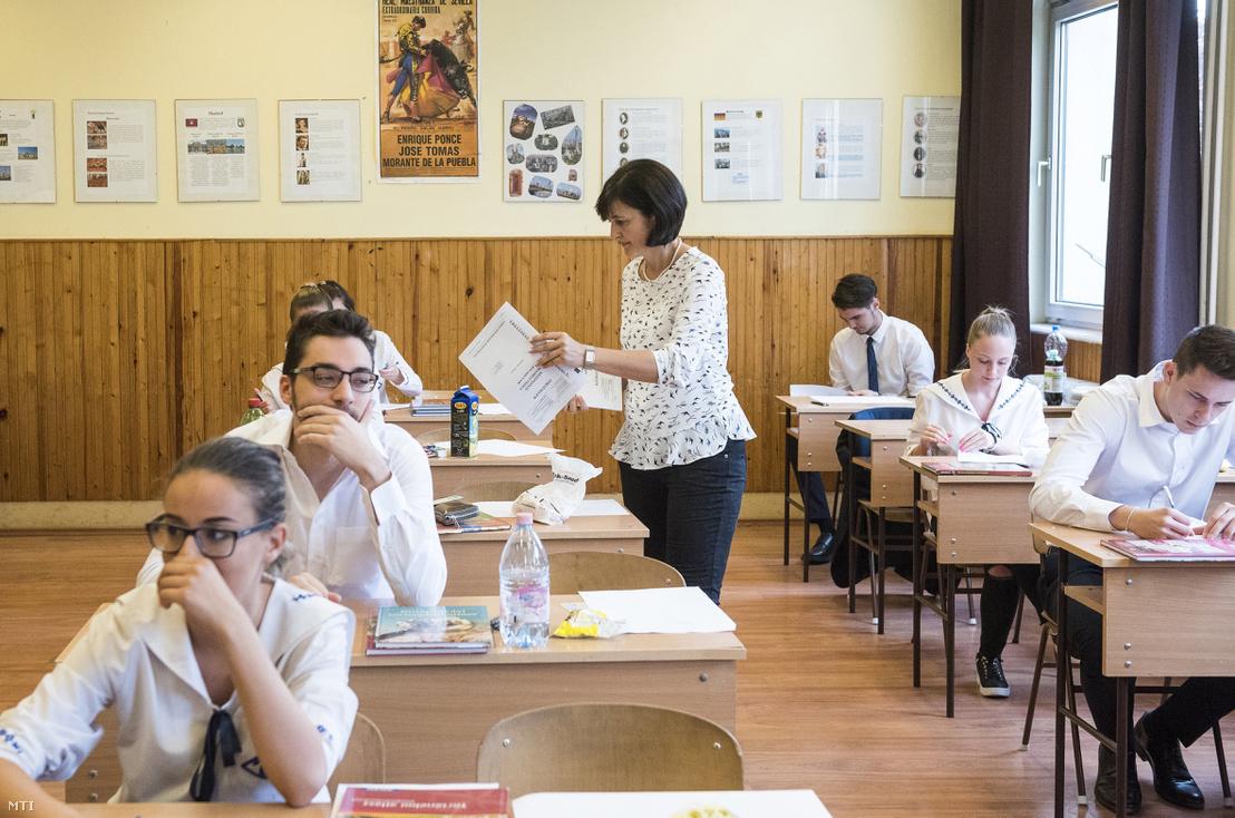 Kiosztják a történelem írásbeli érettségi vizsga feladatlapjait a nyíregyházi Zrínyi Ilona Gimnáziumban 2018. május 9-én. Képünk illusztráció.