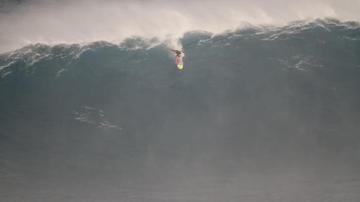 A fotós 15-18 méteres hullámokon szörföző férfit fotózott Hawaii-nál. Az Új-Zélandnál észlelt hullám kétszer ilyen magas volt.