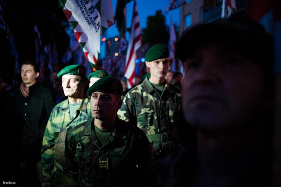 Egyenruhás demonstrálók hallgatják Vona Gábor beszédét a miskolci Avas lakótelepen (2012)
