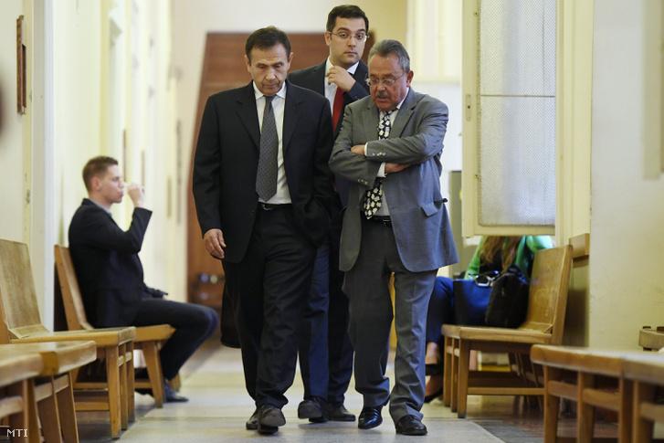 Gyárfás Tamás volt úszószövetségi elnök és médiavállalkozó (b) távozik a tárgyalásáról ügyvédje Bánáti János (j) társaságában a Budai Központi Kerületi Bíróságon 2018. április 20-án