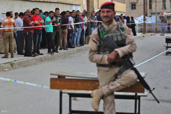 Az iraki biztonsági erők katonája Moszul Wadi Hajar kerületének egyik választóhelyisége előtt 2018. május 12-én
