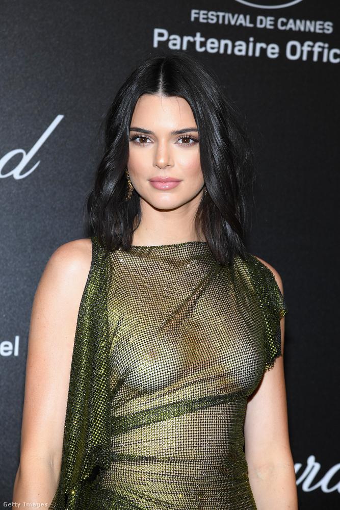 Kendall Jenner egyébként 22 éves és érdekesség róla, hogy ő az egyetlen a Jenner-Kardasian lányok közül, akinek még nincs gyereke.