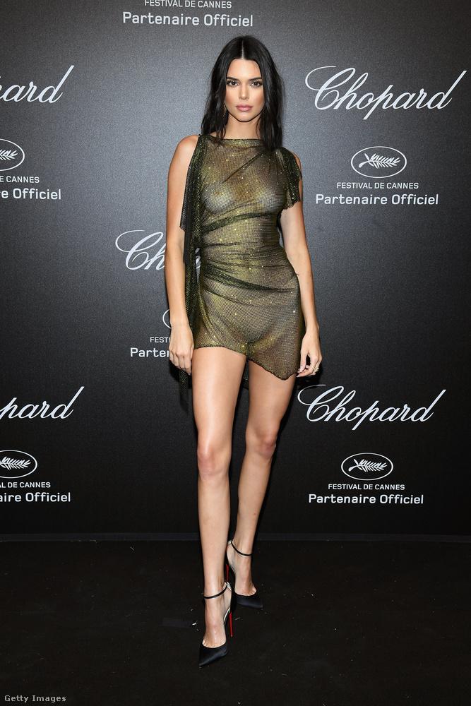 Az összhatás minket egy kicsit a testvére, Kim Kardashian, egyik tavalyi akciójára emlékeztet, mikor meztelenül meghempergett egy kis aranyban, majd lefotóztatta magát.