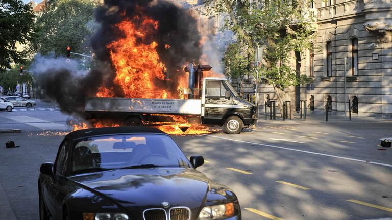 Lövöldözés, aztán egy nagy robbanás a Parlament közvetlen közelében