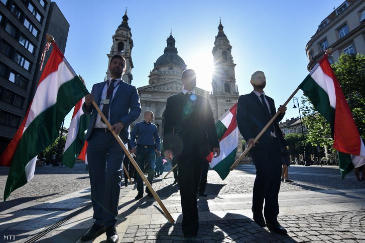 A Jobbik frakciójának tagjai vonulnak az Országgyűlés alakuló ülésére a Szent István-bazilikától az Országházhoz 2018. május 8-án. Elöl Kepli Lajos, Sneider Tamás és Farkas Gergely